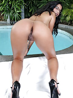 Free Latina in High Heels Pics